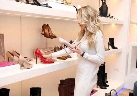 Kvinne i skobutikken