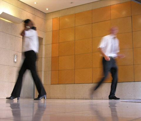 To dresskledde personer i gangen