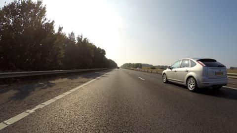 Sølvfarget bil på landeveien